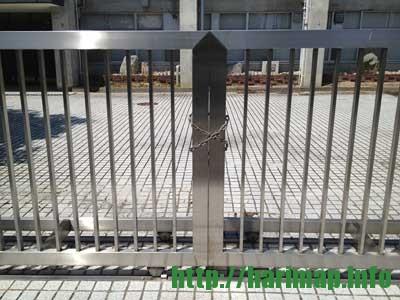 兵庫県立龍野実業高等学校が閉校している校門の鎖